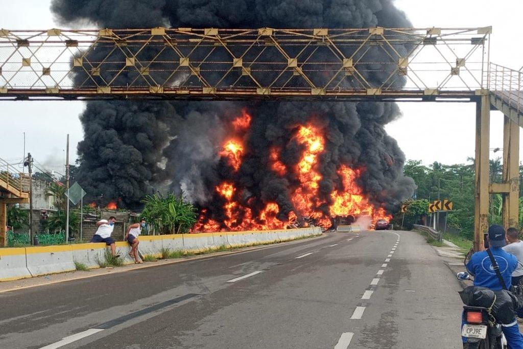 Cuatro muertos, saldo de la explosión de la pipa en la carretera Comalcalco- Paraíso